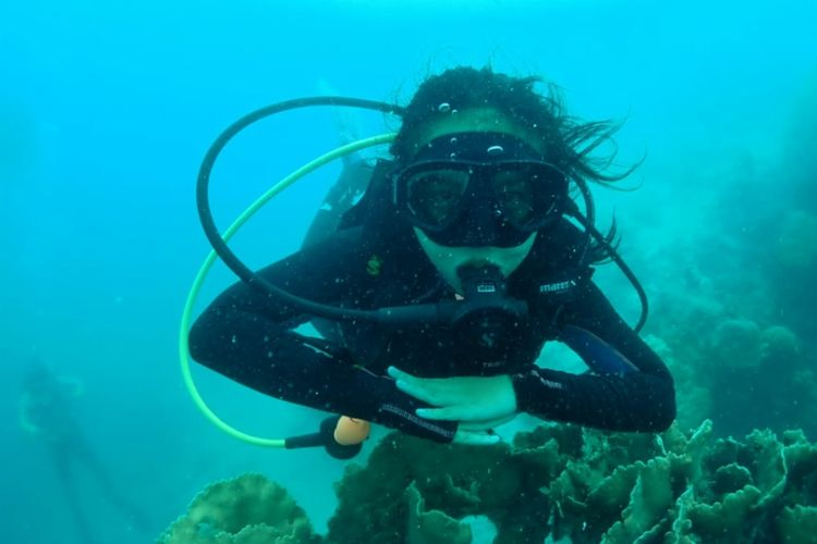 Penyelam di Pulau Pramuka, Kepulauan Seribu.