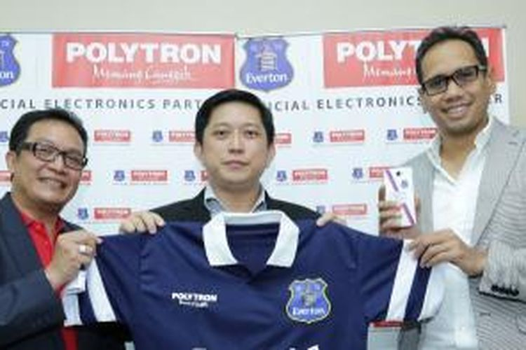 Dari kiri ke kanan : Santo Kadarusman, Public Relation and Marketing Event Manager Polytron. Tekno Wibowo, Direktur Marketing Polytron, dan Perwakilan Super Soccer Indonesia Mirwan Suwarso  sedang berfoto bersama dengan t-shirt resmi Everton.