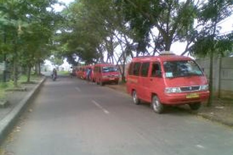 Angkutan kota KWK 05 diparkir di pangkalan angkot di sekitar Rusun Marunda, Jakarta Utara, Rabu (17/7/2013). Angkot tersebut beroperasi mulai dari pagi sampai sore hari dengan tarif Rp 2.500.