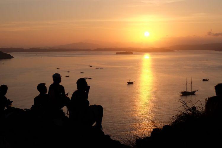 Pemandangan matahari terbit di Pulau Padar, Nusa Tenggara Timur