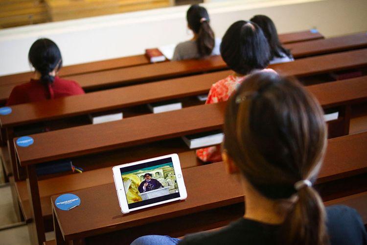 Umat Nasrani mengikuti ibadah Misa melalui layanan Live Streaming di Gereja Santa Maria Regina - Paroki Bintaro Jaya, Tangerang, Banten, Minggu (22/3/2020). Untuk mencegah penyebaran COVID-19, ibadah Misa di gereja tersebut ditiadakan dan diganti dengan menggunakan layanan live streaming.