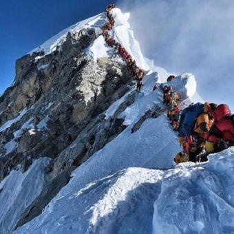 Antrean padat pendaki gunung di sebuah area yang dikenal sebagai zona kematian menuju puncak Gunung Everest. (AFP/PROJECT POSSIBLE)