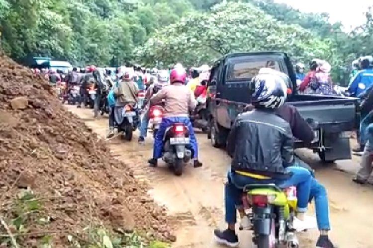 Jalur Padang-Solok macet total akibat longsor yang terjadi di Panorama 2, Senin (3/6/2019).