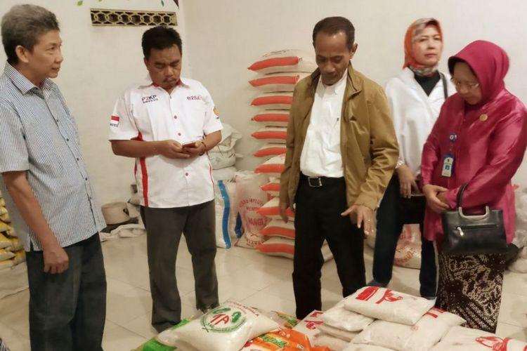 Kepala Badan Ketahanan Pangan Kementerian Pertanian (BKP Kementan) Agung Hendriadi (berjaket coklat) saat bertandang ke Toko Tani Indonesia (TTI) Acar Yogyakarta, Kamis (23/11/2017).