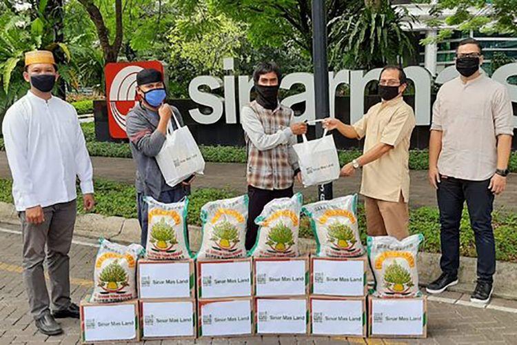 Yayasan Muslim Sinar Mas Land serahkan bantuan kepada pemakmur masjid di kawasan BSD City Tangerang Selatan.