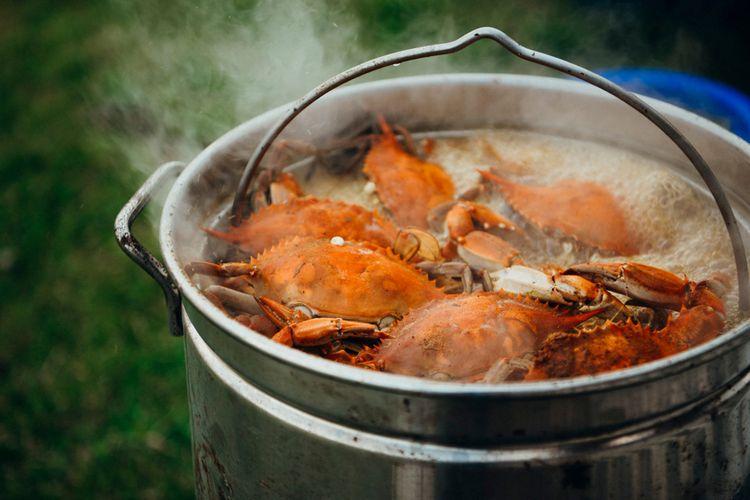 Ilustrasi kepiting rebus dalam panci.