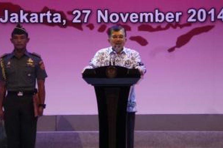 Wakil Presiden Jusuf Kalla mengenakan batik PGRI di puncak peringatan hari guru, Kamis (27/11/2014).