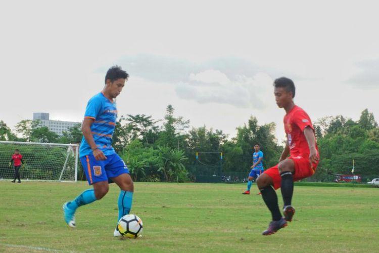 Pusamania Borneo FC saat uji coba melawan Tim Universitas Negeri Yogyakarta (UNY). Pada laga uji coba ini, tim berjuluk Pesut Etam menang tipis 2-1 atas Tim UNY