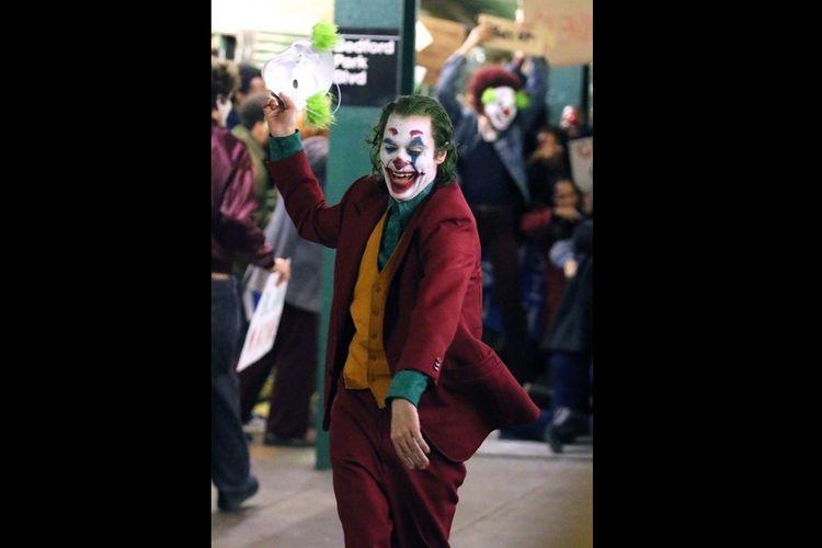 Aktor Joaquin Phoenix memerankan tokoh Joker dalam film The Joker.