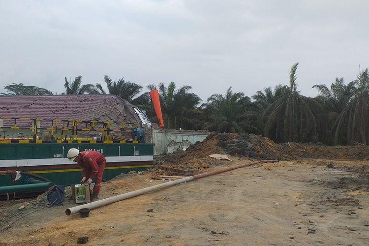 Proses penutupan lubang semburan gas di Ponpes Al Ihsan Boarding School Riau Kampus 2 di Kelurahan Tuah Negeri, Kecamatan Tenayan Raya, Kota Pekanbaru, Riau, Kamis (18/2/2021).