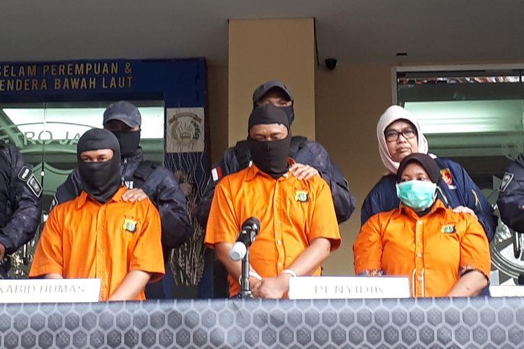 Konferensi pers di Polda Metro Jaya, Jumat (6/9/2019) mengubgkap tiga tersangka yang sempat buron terkait pembunuhan Edi Chandra Purnama alias Pupung Sadili (54) dan anaknya, M Adi Pradana alias Dana (23). Ketiga tersangka yakni mantan pembantu Aulia Kesuma (AK) yang bernama Karsini alias TN, suami Karsini yang bernama Rodi, dan Supriyanto alias AP.