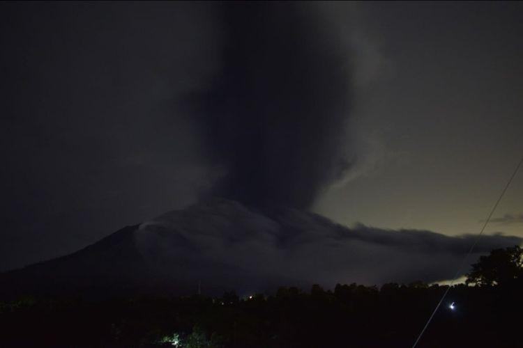 Sinabung Kembali Erupsi, Hembuskan Abu Vulkanik Setinggi 3.500 Meter, Rabu (19/5/2021).