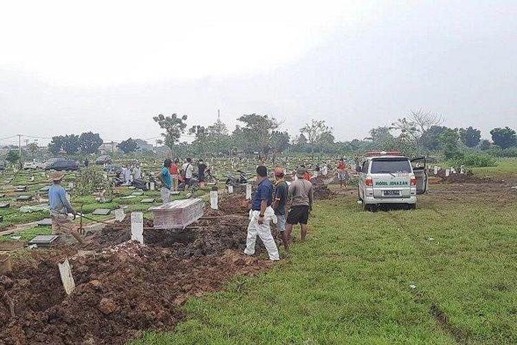 Pemakaman jenazah korban Covid-19 di TPU Mangunjaya, Tambun Selatan, Kabupaten Bekasi, Jawa Barat.