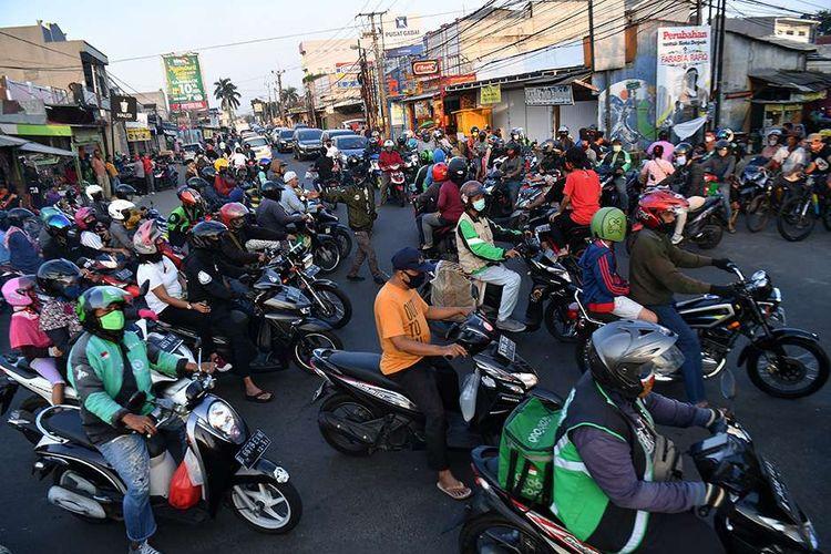 Puluhan pengendara sepeda motor melintas di Jalan Raya Sawangan, Depok, Jawa Barat, Sabtu (16/5/2020). Meski penerapan Pembatasan Sosial Berskala Besar (PSBB) Kota Depok masih diperpanjang hingga 26 Mei 2020, namun sejumlah ruas jalan mulai ramai dipadati kendaraan hingga menyebabkan kemacetan.