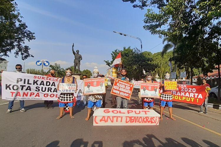 Masyarakat Pendukung Demokrasi menggelar aksi damai di kawasan Bundaran Gladag Solo, Jawa Tengah, Rabu (5/8/2020).