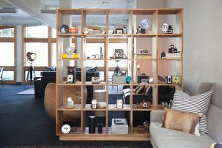 Pengaruh retro, tentu saja hal itu yang mempengaruhi rancangan kantor ini. Bisa dilihat, bahwa tim desain Geremia membawa bersama-sama koleksi perabotan retro untuk membangun lingkungan kantor yang tampak santai ini.
