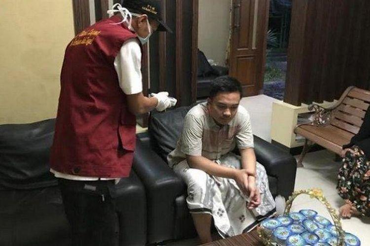 Ahmad Yusuf Faisal Labib (21), mahasiswa asal Kabupaten Tegal yang berkuliah di Guangzhou, China, sedang diperiksa Dinas Kesehatan Kabupaten Tegal.
