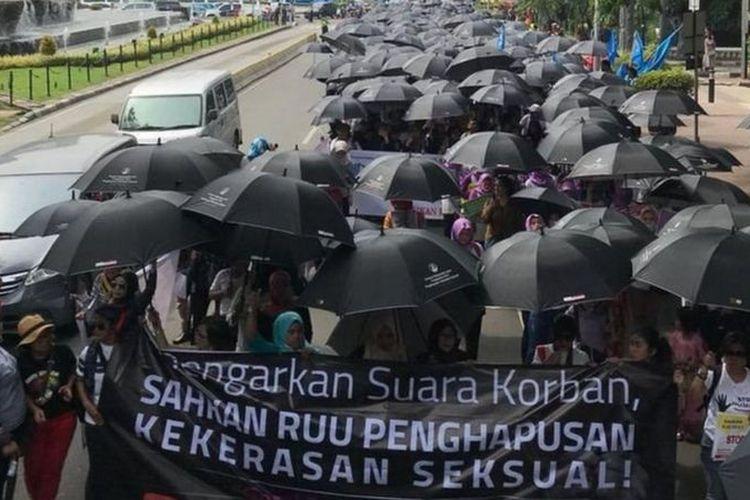 Sekelompok perempuan tengah berdemo meminta RUU Penghapusan Kekerasan Seksual (PKS) disahkan.