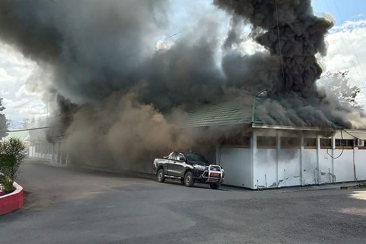 Kondisi saat sebuah bangunan terbakar menyusul aksi berujung ricuh di Wamena, Papua, Senin (23/9/2019). Demonstran bersikap anarkistis hingga membakar rumah warga, kantor pemerintah, dan beberapa kios masyarakat pada aksi berujung ricuh yang diduga dipicu kabar hoaks tentang seorang guru yang mengeluarkan kata-kara rasis di sekolah.