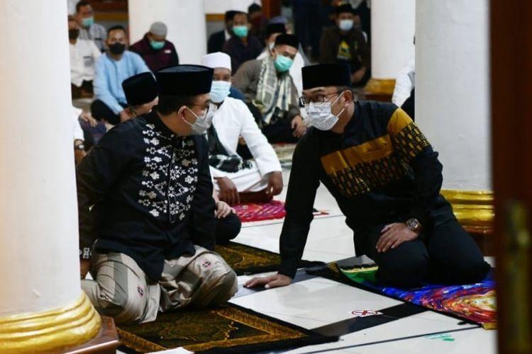 Gubernur DKI Jakarta Anies Baswedan (kiri) berbincang bersama Gubernur Jawa Barat Ridwan Kamil (kanan) di Masjid Agung Sumedang, Jawa Barat, Jumat (11/6/2021)