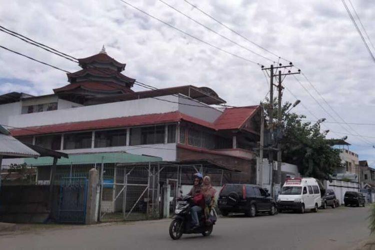 Warga melintas di depan gereja dan vihara di Desa Pusong Lama, Kecamatan Banda Sakti, Kota Lhokseumawe, Sabtu (31/7/2021).