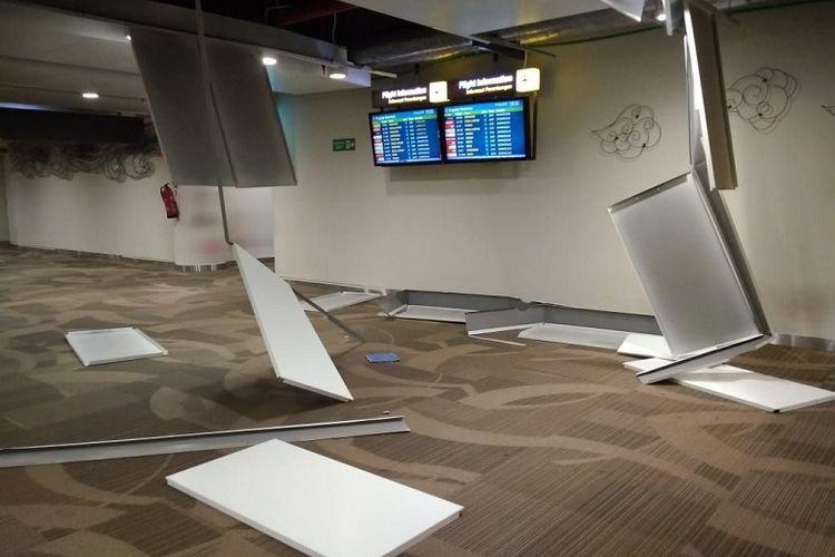 Plafon Bandara Ngurah Rai Bali rusak karena gempa di Lombok, Minggu (5/8/2018).