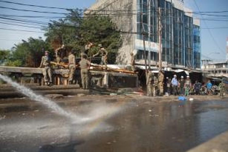 Mobil pemadam kebakaran (damkar) turut membersihkan jalanan sekitar Tanah Abang, bekas penertiban, Jakarta, Minggu (11/8/2013).