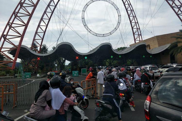 Pengunjung yang hendak masuk ke Taman Impian Jaya Ancol di Jakarta Utara, Jumat (14/5/2021). Foto diambil di Pintu Barat Ancol.
