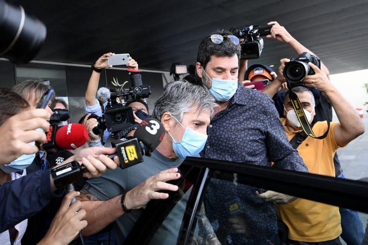 Ayah Lionel Messi, Jorge Horacio Messi (tengah), saat tiba di Barcelona, Rabu (2/9/2020) pagi waktu setempat.