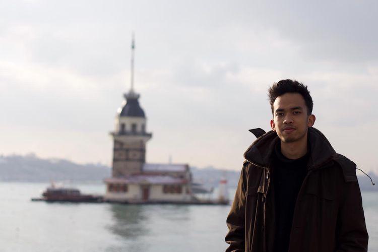 Fauzul berfoto dengan latar belakang tempat ikonik di Istanbul Turki.