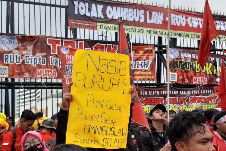 Massa buruh di depan gedung DPR, Senayan, Jakarta, Senin (13/1/2020).