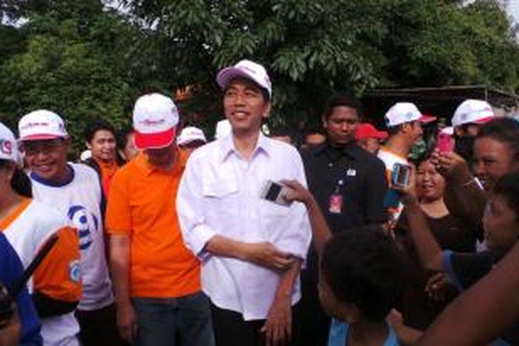Gubernur DKI Jakarta Joko Widodo (tengah) saat meninjau jalan inspeksi di Jati Pulo, Jakarta, Minggu (5/1/2014).