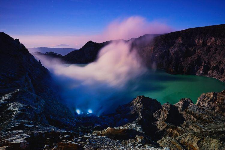 fenomena blue fire atau api biru di Kawah Ijen, Banyuwangi DOK. Shutterstock/thanmano