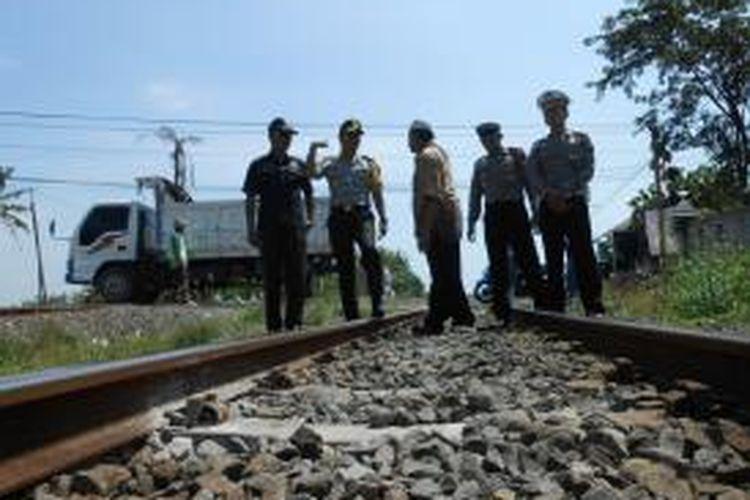 Kapolres Demak, AKBP Setijo Nugroho bersama jajarannya saat melakukan pengecekan jalur kereta api, Rabu (16/7/2014)