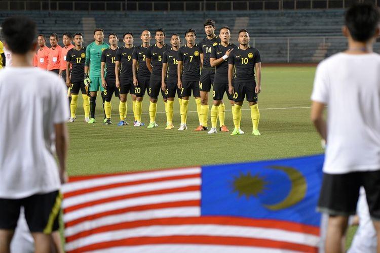 Tim nasional Malaysia menyanyikan lagu kebangsaan  jelang pertandingan persahabatan melawan Filipina di Manila pada 22 Maret 2017.
