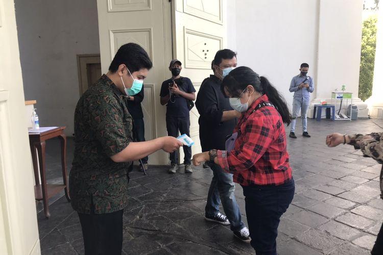 Panitia Misa Natal mengarahkan para jemaat Gereja Immanuel, Gambir, Jakarta untuk mencuci tangan dan melakukan cek suhu sebelum masuk ke dalam gereja pada Jumat (25/12/2020) pagi.