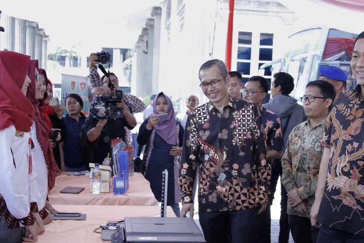 Wali Kota Semarang Hendrar Prihadi memberi penjelasan kepada Wakil Ketua KPK RI Alexander Marwata saat meninjau stand pelayanan kesehatan gratis masyarakat  Kota Semarang