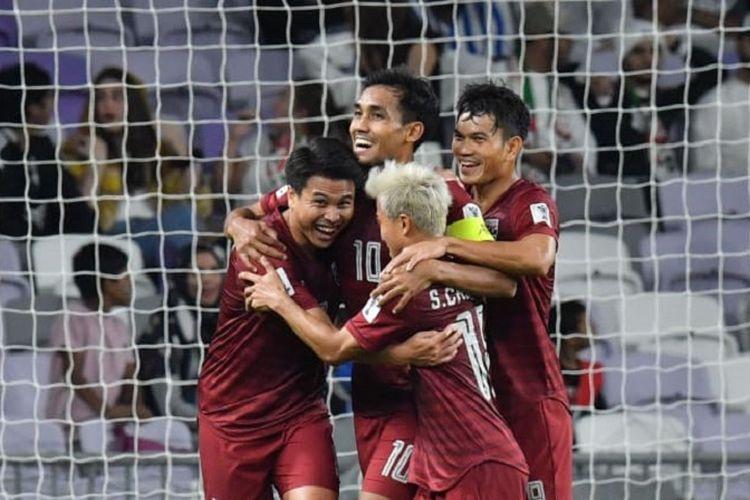 Para pemain Timnas Thailand merayakan gol Thitipan Puangchan ke gawang Uni Emirat Arab pada pertandingan Grup A Piala Asia 2019, 14 Januari 2019.