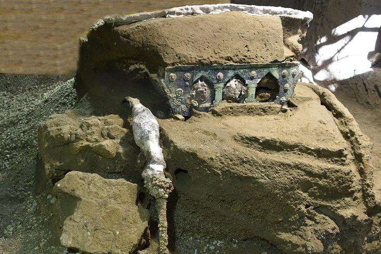 Kereta pernikahan era Pompeii yang ditemukan terkubur abu vulkanik Gunung Vesuvius. Peneliti menjuluki temuan ini Lamborghini karena saking mewahnya pada zamannya.