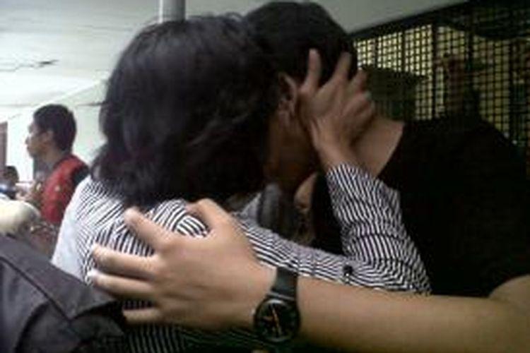 Dwiki terdakwa kasus dugaan penganiayaan siswa SMA 3 terpukul dan terus menciumi ibunya, L, di sel tahanan Pengadilan Negeri Jakarta Selatan seusai mendengar tuntutan jaksa. Selasa (4/11/2014)