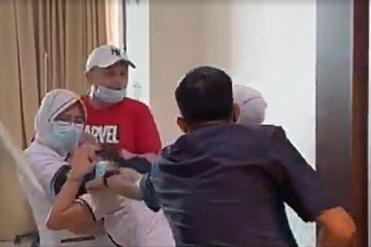 Tangkapan layar penganiayaan perawat di Palembang. (Sumber: Istimewa/ Tribun Sumsel)