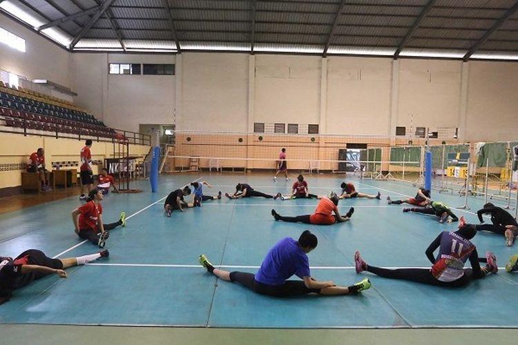 Timnas voli putri melakukan pemanasan sebelum menjalani latihan fisik jelang persiapan SEA Games 2017 di Padepokan voli, Sentul, Bogor, Jawa Barat, Kamis (1/6/2017).
