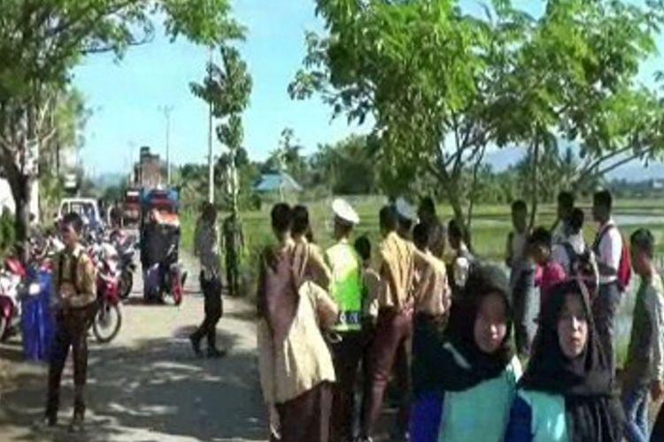 Dinilai mengganggu aktivitas belajar siswa di sekolah, orangtua siswa dan guru sekolah di Polewali Mandar, Sulawesi Barat, memprotes razia zebra digelar di depan sekolah saat jam pelajaran berlangsung.