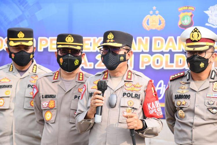 Kepala Korps Lalu Lintas (Kakorlantas) Polri Irjen (Pol) Istiono mengecek titik penyekatan di Kilometer 31 Gerbang Tol Cikarang Barat, Kamis (6/5/2021).
