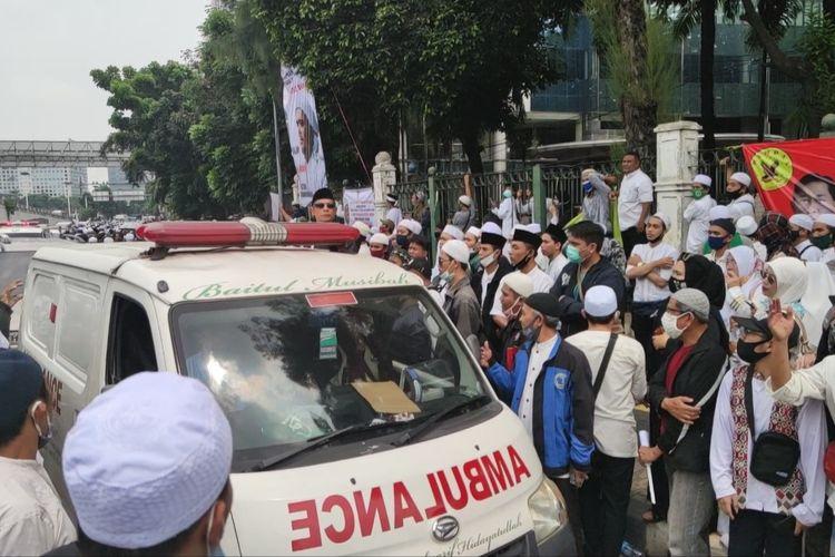 Massa berkumpul di dekat markas FPI di Petamburan, Jakarta Pusat, untuk menyambut kedatangan pimpinan FPI Rizieq Shihab, Selasa (10/11/2020).  Akibat hal itu, jalan KS Tubun ditutup Total dari kedua arah. Kendati demikian, massa tetap memberi jalan bagi ambulans dan mobil jenazah yang hendak lewat.