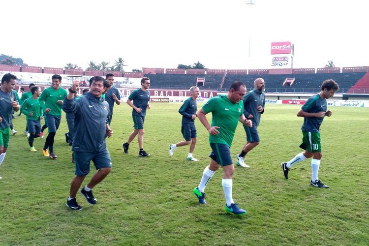Ketua Umum PSSI, Edy Rahmayadi, latihan bersama timnas U-19 dan U-22 di Stadion Kapten I Wayan Dipta, Kamis (6/7/2017).