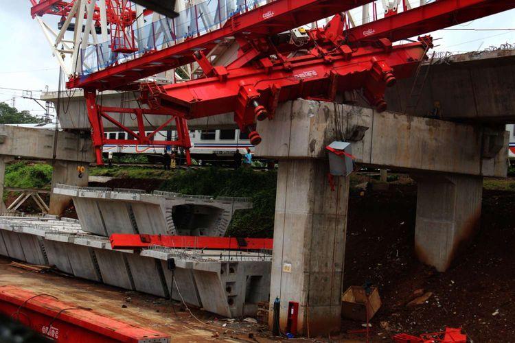 Kondisi pasca ambruknya crane proyek Double Double Track (DDT) di Kampung Melayu, Jatinegara, Jakarta, Minggu (04/02/2018). Alat berat yang ambruk tersebut menewaskan empat pekerja yang masih berada di lokasi kecelakaan.