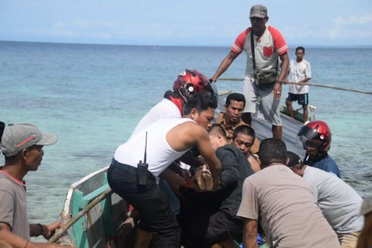 Dua orang remaja wanita, Wa Inni (13) dan Devi (15), Kelurahan Lipu, Kecamatan Betoambari, Kota Baubau, Sulawesi Tenggara,  ditemukan tewas terbunuh di dua lokasi yang berbeda, Senin (24/2/2020) pagi. Polisi danwarga mengangkat jasad korban Devi di pantai Lakeba.