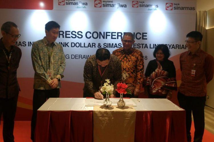 Penandatanganan kerja sama produk bancassurance antara Bank Sinarmas dan Asuransi Simas Jiwa di Jakarta, Rabu (7/11/2018).