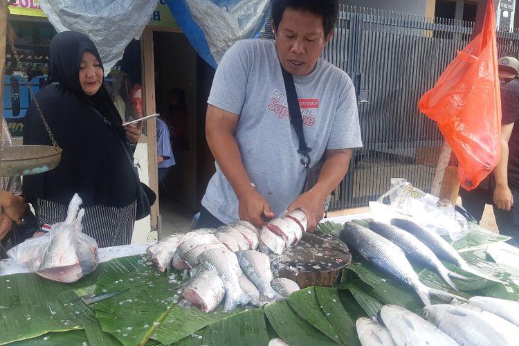 Pedagang ikan bandeng di kawasan Rawa Belong, Jakarta Barat, Rabu (22/1/2020)